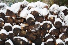 Holzstoß mit Schnee Lizenzfreie Stockfotos