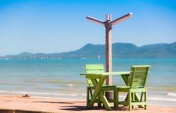 Holzstuhl auf dem Strand Lizenzfreie Stockbilder