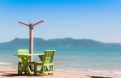 Holzstuhl auf dem Strand Lizenzfreies Stockfoto