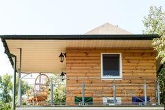 Holzstuhl auf der Veranda des Hauses Stockbilder