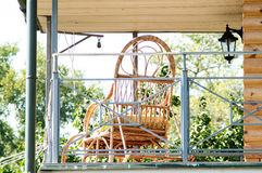 Holzstuhl auf der Veranda des Hauses Lizenzfreie Stockfotos