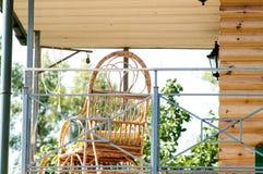 Holzstuhl auf der Veranda des Hauses Stockfoto