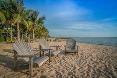 Holzstuhl auf einem sonnigen Strand Lizenzfreies Stockbild