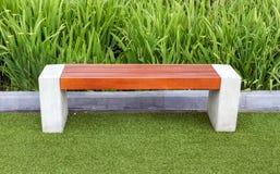 Holzstuhl auf grünem Feld Stockfotos