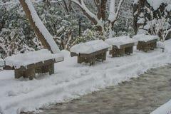 Holzstuhl bedeckte weißen Schnee auf dem Gehweg in Kiyomizu-deratempel Stockfotos