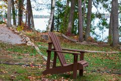 Holzstuhl an einem Seeufer Lizenzfreie Stockfotos
