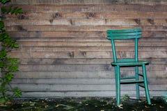 Holzstuhl gegen hölzerne Wand Stockfotos