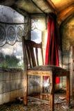 Holzstuhl im alten Bauernhaus Stockfotos