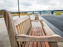Holzstuhl im Freien auf Unschärfehintergrundzusammenfassung Stockfotografie