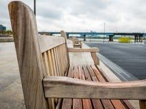 Holzstuhl im Freien auf Unschärfehintergrundzusammenfassung Lizenzfreie Stockfotos
