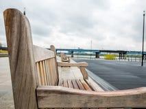 Holzstuhl im Freien auf Unschärfehintergrundzusammenfassung Stockbilder