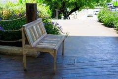 Holzstuhl im Garten Stockbild