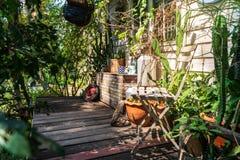 Holzstuhl im Garten lizenzfreie stockfotos