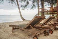Holzstuhl am Strand Stockfotografie