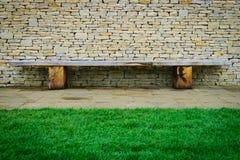 Holzstuhl- und Steinwandhintergrund Stockbilder