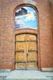 Holztür auf der Backsteinmauer Stockbild