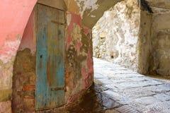 Holztür auf rosa Wand Stockfoto
