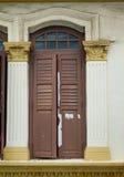Holztür an der alten Stadt in Singapur Stockfotografie