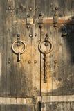 Holztür des Altbaus Stockfoto