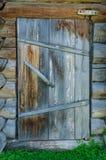 Holztür des alten Hauses Stockfotografie