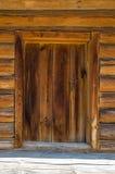 Holztür des alten Hauses Lizenzfreies Stockfoto