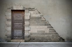 Holztür des historischen Gebäudes Stockfotografie