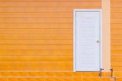 Holztür im leeren Raum mit Kopienraum stockfoto