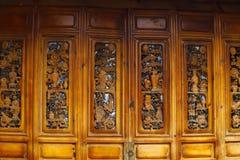 Holztür, Lijiang, Yunnan, China stockfotos