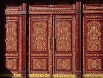Holztür mit der Usbekblumenlaubsägearbeit Lizenzfreies Stockbild