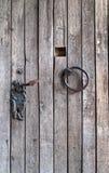 Holztür mit einem Eisenring Lizenzfreie Stockfotografie