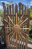 Holztür mit einer Sonnendekoration gemacht von den Zuckerrohren Lizenzfreies Stockfoto