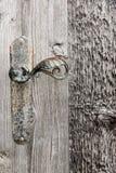 Holztür mit Eisengriff. Stockfotos