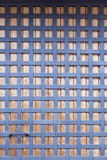 Holztür mit Metallstangen Stockfotografie