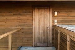 Holztür, natürliches materielles Haus stockbild