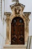 Holztür in Ostuni, Puglia, Italien Lizenzfreies Stockfoto
