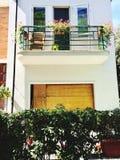 Holztür und ein Balkon eines weißen Wohnungsbau façade Stockfotografie
