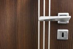 Holztür und eine Griffnahaufnahme stockfoto