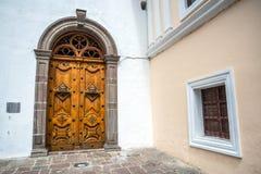 Holztür und Fenster der Sagrario-Kirche Lizenzfreies Stockbild