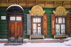 Holztür und Fenster mit geschnitzten Akzenten Lizenzfreie Stockfotografie