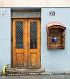 Holztür und Telefon Stockfotografie