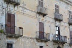 Holztüren mit Balkonen stockbilder