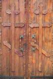 Holztüren mit orthodoxen Kreuzen Stockfotos