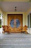 Holztüren und Stühle Stockfoto