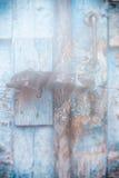 Holztüroberfläche mit Vorhängeschloß, abstrakter Hintergrund mit zwei Schichten Stockbild