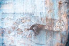 Holztüroberfläche mit Vorhängeschloß, abstrakter Hintergrund mit zwei Schichten Stockfotografie