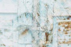 Holztüroberfläche mit Vorhängeschloß, abstrakter Hintergrund mit zwei Schichten Stockfotos