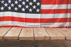 Holztisch über USA-Flagge für 4. von Juli-Feier Stockbilder