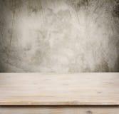 Holztisch auf defocuced Weinlesewandhintergrund Stockbilder