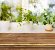 Holztisch auf defocused Fensterbretthintergrund Stockbild