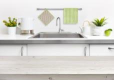 Holztisch auf Spülbeckeninnenraumhintergrund Stockfotos